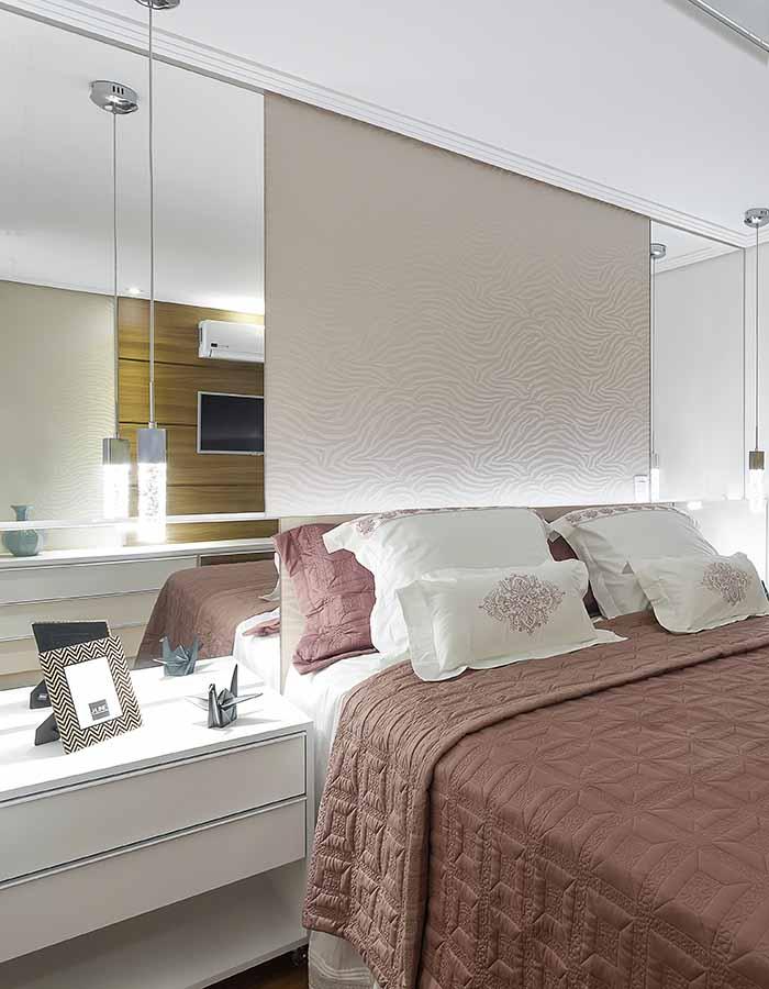 Alessandra Gonçalves cama e espelho